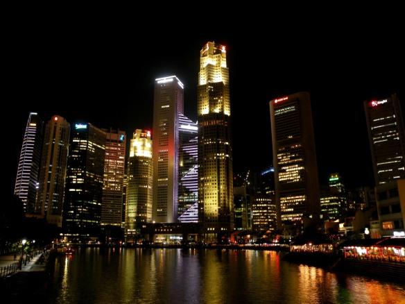 Das ist die typische Nachtansicht Singapurs von Marina Bay aus gesehen